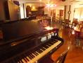 グランドピアノが店内にあるお店です。ちょっとした発表会にもぴったり!照明も完備しております。