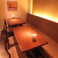 片面ソファーのテーブル席はレイアウトによって8名様までOK!