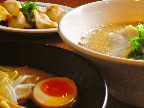 自家製麺と濃厚とんこつスープが自慢。昭和レトロの落ち着いた空間で味わえる。