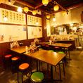 《気軽にサクッと》大衆酒場のレトロな雰囲気漂う懐かしの空間には、大小様々なテーブル席を完備しています。