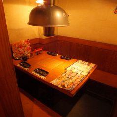 プライベートな時間が楽しめる半個室のテーブル席