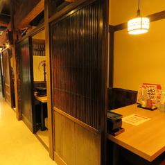 【個室】真ん中のテーブル席は4人/2人/2人/4人テーブルあり。