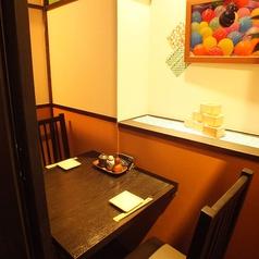 2名様向けのテーブル席は温かみのある落ち着いた雰囲気でゆっくりと語らうのにぴったりです。女性同士でのご利用、親しいご友人同士、デート帰りのお食事など様々なシーンでご利用くださいませ。