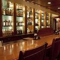 【カウンター】8~10名。ゆったり会話が楽しめる英国の伝統美が魅力の贅沢な空間。カウンターに並ぶお酒はどれもこだわりのものばかり、デートや親しいご友人とのご利用でもご満足いただけるはずです!(日本橋 居酒屋 ランチ 洋食 パーティー 貸切 個室 隠れ家 飲み放題 ダイニングバー)