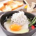 料理メニュー写真しらすと半熟卵のアヒージョ