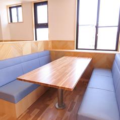 ソファー6名席4卓ございます。
