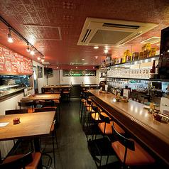 【1階】4名様掛けのメインフロアのお席は、お仕事帰りのお食事やご友人との飲み会など気軽にお楽しみください!