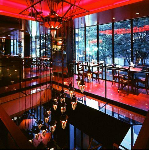 劇場をイメージした店内と中世のヨーロッパを模したインテリアが美しい空間。一軒家レストランで非日常的な時間…
