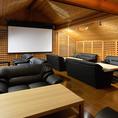 2階には特大スクリーン&プロジェクターを完備!音響設備も整っているので、二次会などにも最適です。