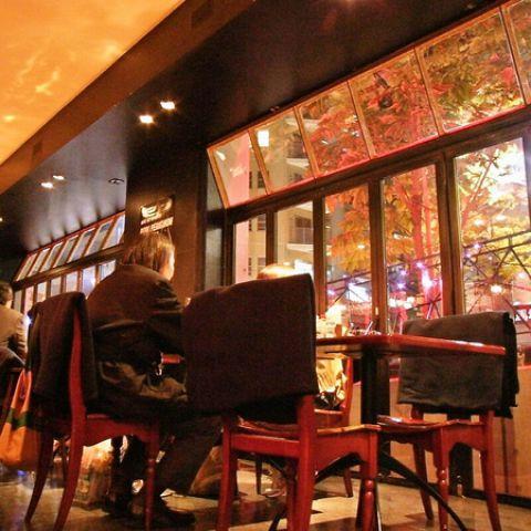 1階メインフロアは、ワイワイお食事をしたい方に。ガラス張りの開放的な店内からイルミネーションを眺めて