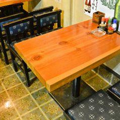 居心地が良いと評判のテーブル席。