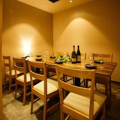 心の底からリラックスできるような、お店の内観に、雰囲気つくりを心がけております。お客さまには堅苦しさを感じずに、ゆったりとお食事を楽しんでいただきやすいつくりにさせていただきました。グループに人気の個室完備してますので、オリジナルの宴会をお楽しみください。各種クーポンや特典もご確認ください。