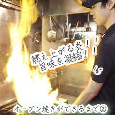 """【名物""""豪快オーブン焼き""""ができるまで】燃え上がる炎で調理◎香り・甘みがでるまで『鮮魚』『海老』『貝類』…旨味が絡まる!"""