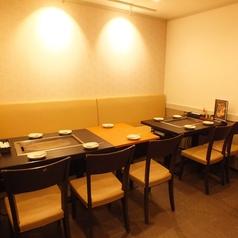 5名テーブル×2卓あります。片面ソファ席です。