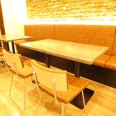 温かみのあるウッド調の店内!壁側はソファでゆったり寛げる、4名様テーブルです♪