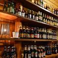 壁一面には世界各国のビールがずらり!豊富な飲み放題もご用意しています。