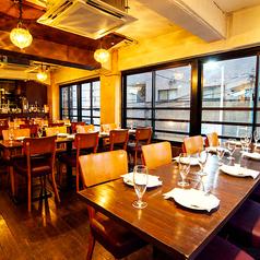 ■2F■天井の丸いランプがオシャレな雰囲気!デートや女子会にもおすすめの空間です!お席もフレキシブルに対応可能です!