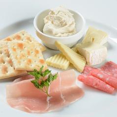 料理メニュー写真ハムとチーズの盛り合わせ