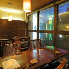 2階テーブル席は少人数~親しい仲間うちまで御利用になれます。夜景を眺めたいお方におすすめです。