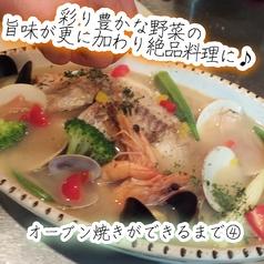 """【名物""""豪快オーブン焼き""""ができるまで】最後に彩り豊かな野菜をたっぷり加えてオーブンでじっくり仕上げ♪魚介の旨味と絡み最高に美味しい自慢の逸品が完成♪手間暇かけておつくり致します!"""