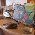 バーカウンターにはハワイのお酒や可愛いインテリアが飾られてます。リゾート気分を味わえる開放的な空間です。