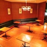 広々とした空間のテーブル席もございます。各種ご宴会や、パーティーでの利用も可能!個室としてご利用時には、最大28名様迄ご着席可能の広々とした空間です。各種ご宴会にも最適な飲み放題付コースも多数ご用意しております。