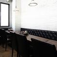 2階に御座いますガラスに仕切られた個室。黒いソファーにモダンなテーブルでVIPルームのようにお楽しみ頂けます。2名様テーブル、4名様テーブル×2御座いますので人数さまに合わせてご用意致します。