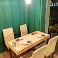 白を基調としたテーブル席♪