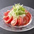 料理メニュー写真シーザーサラダ/トマトと玉葱のサラダ
