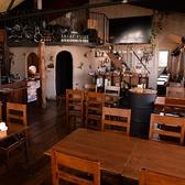 レイアウト自在なテーブル席のある広々としたお席。10から15名など、ザックリとしたご予約でも対応致します!