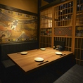 和個室の壁面にはおしゃれな絵が描かれていて雰囲気とマッチします。(※個室利用時は別途お1人様500円を頂戴します。)