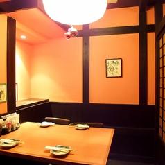 【1階】4名個室。少人数からでも利用できる嬉しい個室。落ち着いてお酒を楽しみたい方にお勧め。
