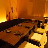 【3階テーブル席:~20名様】2名様のテーブルを10卓ご用意。壁沿いのソファーにもたれながらゆったりとお食事が出来ます。ロールカーテンで空間を仕切ることが出来るので人数や用途に合わせてレイアウトの変更が可能です。