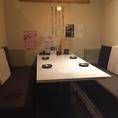 6名様の個室テーブル席です。同タイプが2部屋ございます。通常は暖簾で仕切られています。暖簾を外せば1名以上の宴会仕様になります。