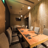完全個室のテーブル席は4名様~最大14名様迄対応可能です。梅田での接待やご会食などの外せないシーンにはもちろん、女子会や友人などとの飲み会、会社の宴会など様々なシーンに対応可能です♪夜景は見えない個室のお席ですが落ち着いた雰囲気のお席でゆったりと和食とお酒をご堪能頂けます。