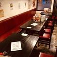 広々とした片面ソファーで楽しいお食事タイムを☆自由に繋げることが出来るテーブルで、こちらのスペースを貸し切ってご宴会も可能♪