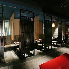 【人気の4名様席。最大28名様】京町を再現した店内は高級感があり、落ち着いた雰囲気を演出しています。ご利用シーンや人数に合わせてご案内しておりますので、ご希望がございましたらお気軽にお申し付け下さい。