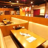 たくさんのお客様と共に愉しい時間を!広々としたテーブル席をご用意しております。スタッフと共に笑顔を共有できる、優しい空間へとご案内します!