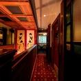 大正時代のステンドガラスと、竹久夢二の代表作「黒船屋」の絵画が目を引く煌びやかな空間。アンティークなレトロモダンな「大正ロマン」の世界。