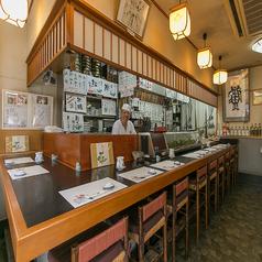お寿司屋さん定番のカウンター席は全10席!店主との会話や熟練わざのお寿司を握りたてでぜひご賞味ください!
