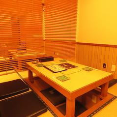 1階席に4名様席2卓、6名様席1卓の半個室をご用意しております。のれんでの仕切りになります。