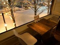 窓際のお席は景色や夜景を眺めながらお楽しみ頂けます。