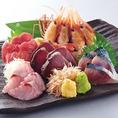 【毎日豊洲から仕入れる新鮮魚介】当店の魚介類は漁港直送の新鮮さで旨い魚が自慢!本日のお刺身盛り合わせには、北海道熊石産の最高級品ボタンエビに加え本マグロ等、毎日豊洲で仕入れた最高級の鮮魚をご提供致します。厳選された素材をお楽しみいただけるように、定番メニューから希少なメニューまで工夫をしております。