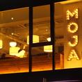 窓から見えるMOJAの目印。渋谷駅から徒歩5分。宮益坂下に佇む「MOJA:モジャ」。最大200名まで収容可能な巨大空間をすべて貸切って、オシャレで自由な時間を過ごすことができる。