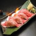ご注文率90%の人気商品【炙り牛肉寿司】一貫360円(税抜)。しっとり炙ったリブロースの握り寿司は当店おすすめのメニューとなっております。注文に迷ったらまずはこれ!きっとご満足いただける一品となっております。日本酒との相性も抜群ですので、是非一度お試しください!
