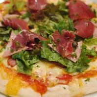 生ハムとソーセージのピザ