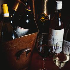 豊富なワインを収納するセラーやラックも