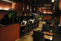 店内はブラウンを基調とした落ち着いた雰囲気です。カウンター席と4人掛けの席をご用意しております。