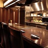 目の前で調理風景が見れるカウンター席♪鉄板の上で焼かれる食材やソースの香りがたまらない◎