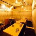 【1F テーブル10名席】内装はシンプルで、カジュアルながらも居心地の良い店内。スッキリとした内装を意識し、コンクリート打ちっぱなしの壁に、木目の美しい什器を配し、裸電球などでレトロな趣もプラス。いわゆる大衆酒場とは一線を画した、オシャレで心地良い空間となっています。